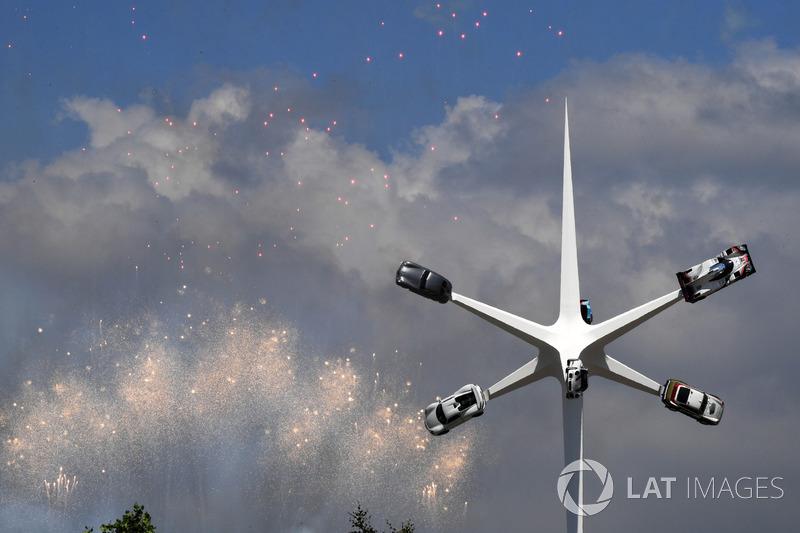 Главная скульптура Гудвуда, посвященная Porsche, на фоне фейерверков