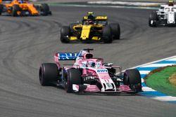 Sergio Perez, Force India VJM11, lidera el grupo de Carlos Sainz Jr., Renault Sport F1 Team R.S. 18, y Charles Leclerc, Sauber C37