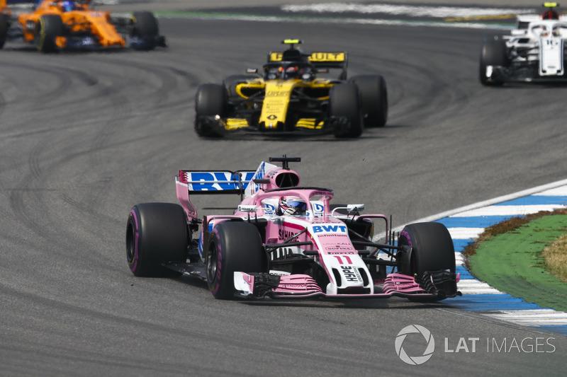 Sergio Perez, Force India VJM11, delante de Carlos Sainz Jr., Renault Sport F1 Team R.S. 18, y Charles Leclerc, Sauber C37