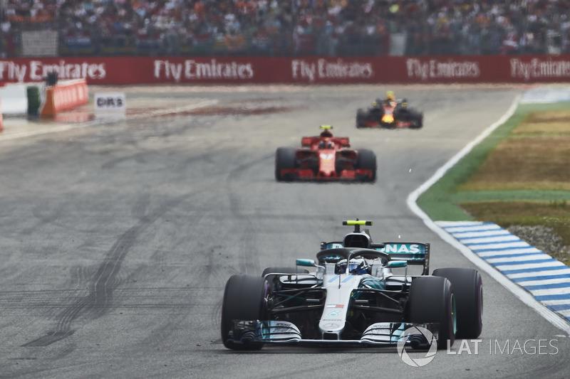 Valtteri Bottas, Mercedes AMG F1 W09, za nim Kimi Raikkonen, Ferrari SF71H