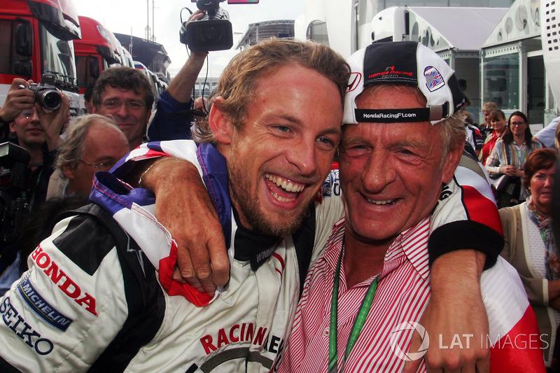El ganador: Jenson Button, Honda y su padre, John Button