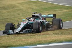 Lewis Hamilton, Mercedes-AMG F1 W09 cruza la hierba en la entrada del pit lane