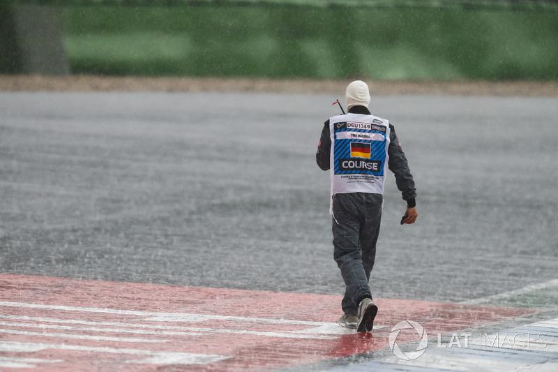 Un comisario trabajando bajo la lluvia