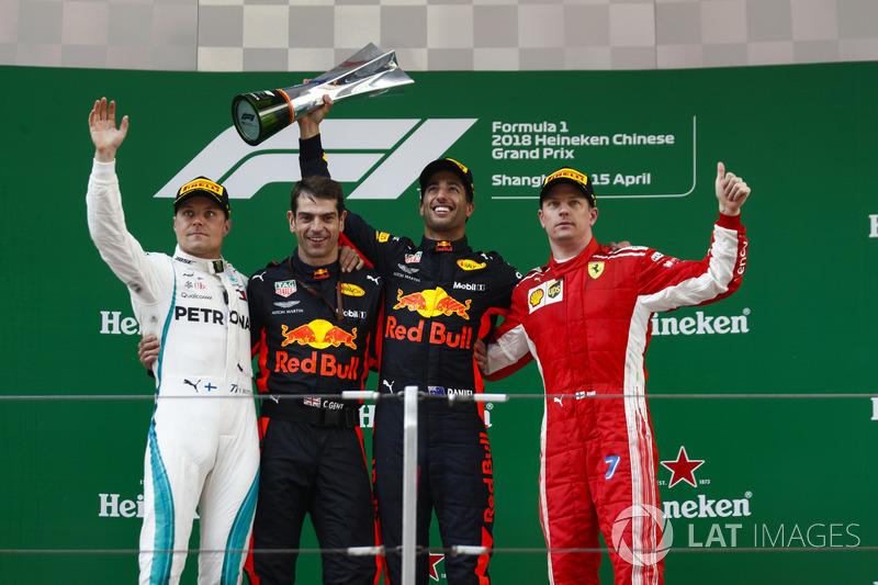 Podium : le vainqueur Daniel Ricciardo, Red Bull Racing, le deuxième, Valtteri Bottas, Mercedes-AMG F1, le troisième, Kimi Raikkonen, Ferrari, Chris Gent, ingénieur de course