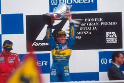 Podio: ganador de la carrera Johnny Herbert celebra