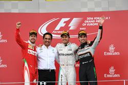 Подиум: второе место – Себастьян Феттель, Ferrari, победитель гонки Нико Росберг, Mercedes AMG F1, третье место – Серхио Перес, Force India