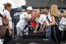 Lewis Hamilton, Mercedes AMG F1, autografa il viso a una fan