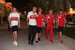 Charles Leclerc, Sauber, Beat Zehnder, Manager Sauber, Kimi Raikkonen, Ferrari, Jock Clear, Chief Engineer Ferrari e Sebastian Vettel, Ferrari