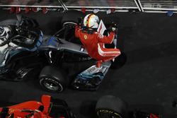 Sebastian Vettel, Ferrari, primer puesto, celebra la victoria al llegar al Parc Ferme