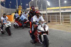 Max Verstappen, Red Bull Racing riceve un passaggio su una moto