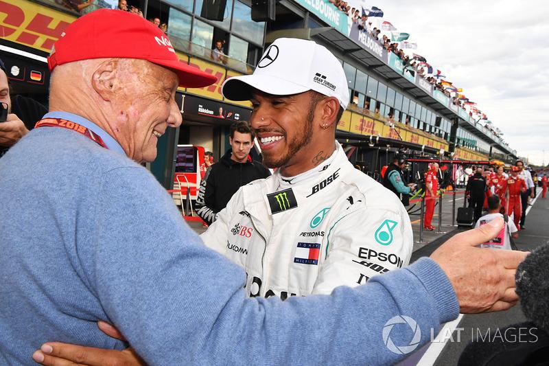 """Após a partida de Lauda, Hamilton publicou a seguinte mensagem: """"Sentirei falta das nossas conversas, risadas, os grandes abraços após vencermos. Foi uma honra trabalhar com você. Sequer estaria nesse time se não fosse por você. Que deus guarde sua alma. Obrigado por ter sido uma luz brilhante na minha vida. Te amo, cara. Do seu amigo para sempre, Lewis."""""""