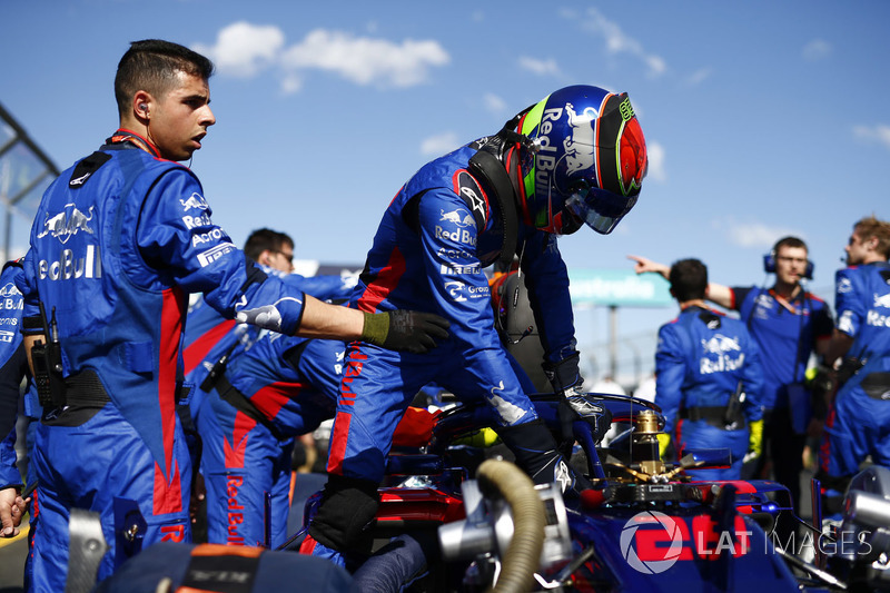 Toro Rosso Engineers work on the car of Brendon Hartley, Toro Rosso STR13 Honda, on the grid as he c