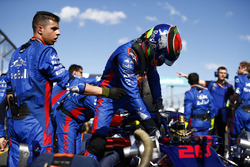Toro Rosso Engineers work on the car of Brendon Hartley, Toro Rosso STR13 Honda, on the grid as he climbs out
