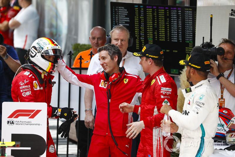 Sebastian Vettel, Ferrari, Inaki Rueda, estratega de Ferrari, Kimi Raikkonen, Ferrari, y Lewis Hamilton, Mercedes AMG F1