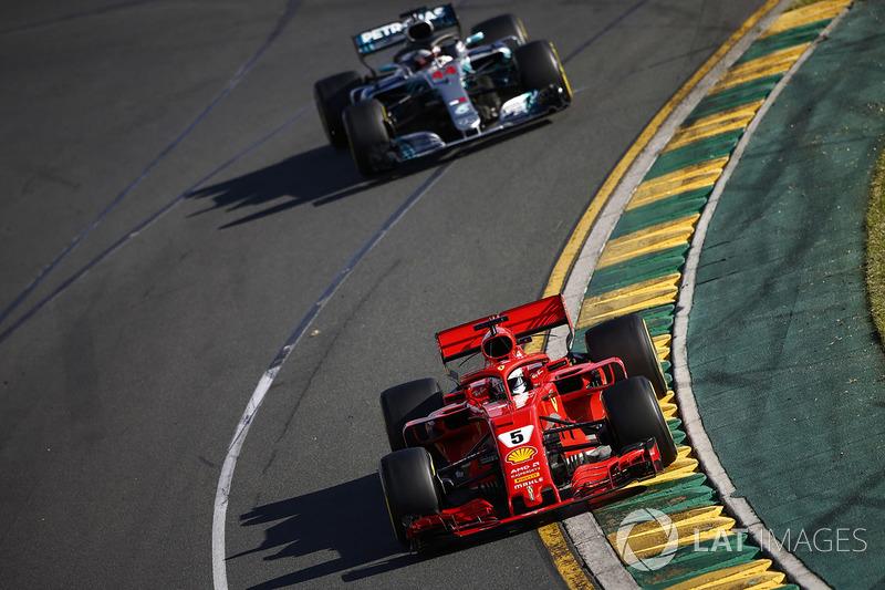 Sebastian Vettel, Ferrari SF71H, precede Lewis Hamilton, Mercedes AMG F1 W09