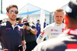 Romain Grosjean, Haas F1 Team, con Kevin Magnussen, Haas F1 Team