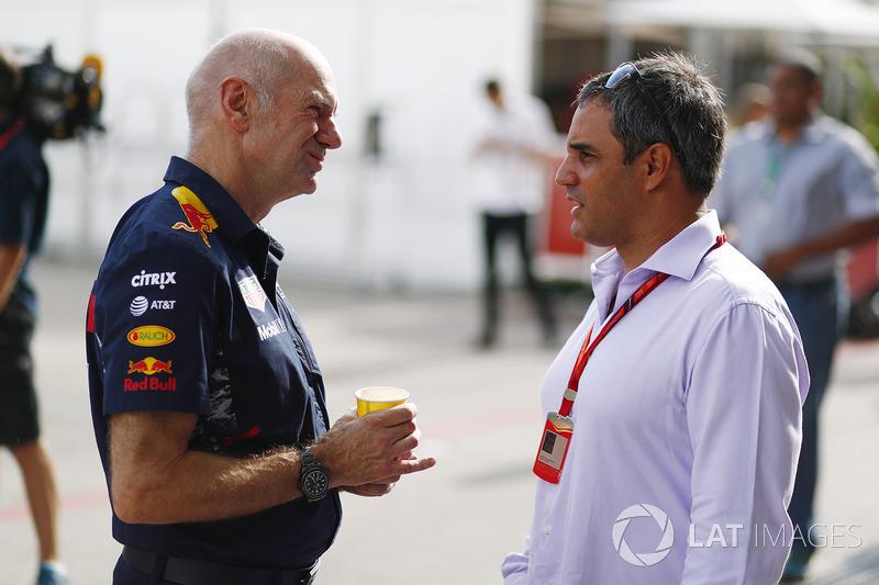 Adrian Newey, director técnico de Red Bull Racing, habla con Juan Pablo Montoya