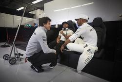 Toto Wolff, Director Ejecutivo de Mercedes AMG F1, Lewis Hamilton, Mercedes AMG F1, Nick Hamilton