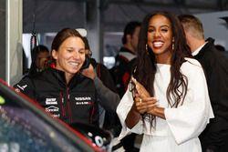L'ancienne chanteuse des Destiny's Child Kelly Rowland chats avec Simona de Silvestro, Nissan Motorsports