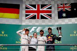 Podio: segundo lugar Nico Rosberg, Mercedes AMG, Victoria Vowles, Socio Director de servicios, Merce