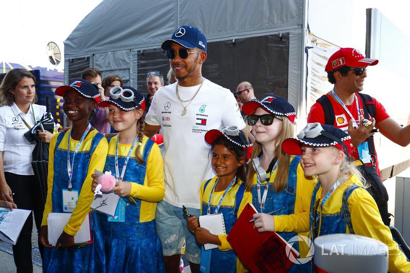 Lewis Hamilton, Mercedes AMG F1, posa per una foto con dei giovani tifosi