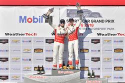 #60 Roush Performance / KohR Motorsports, Ford Mustang GT4, GS: Nate Stacy, Kyle Marcelli celebra la victoria en el podio