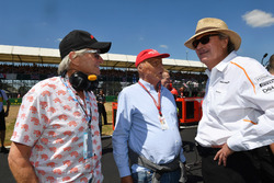 Mansour Ojjeh, McLaren, Niki Lauda, presidente no ejecutivo de Mercedes AMG F1 y Michael Douglas, en la parrilla