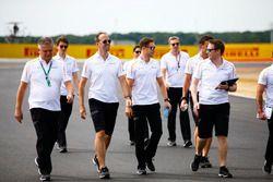 Stoffel Vandoorne, McLaren, Sporting Director Gil de Ferran camina en la pista