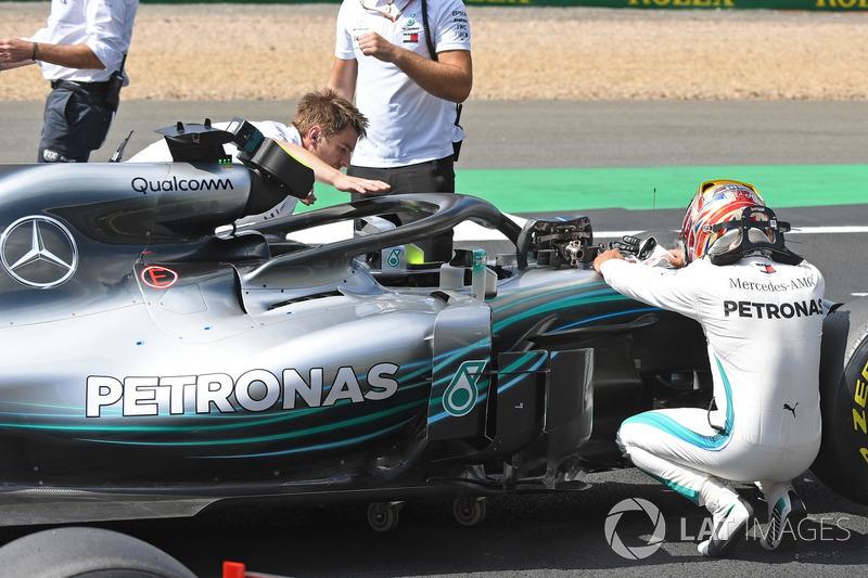 Poleman Lewis Hamilton, Mercedes-AMG F1 W09 celebrando en el parque cerrado