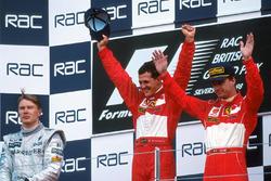 Podio: il vincitore della gara Michael Schumacher, Ferrari, il secondo classificato Mika Hakkinen, McLaren, il terzo classificato Eddie Irvine, Ferrari