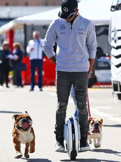 Lewis Hamilton, Mercedes AMG F1, mit einem Hoverboard und seinen Hunden Roscoe und Coco im Fahrerlag