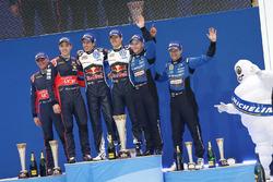 Podium: winnaars Sébastien Ogier, Julien Ingrassia, Volkswagen Motorsport, tweede Hayden Paddon, Joh