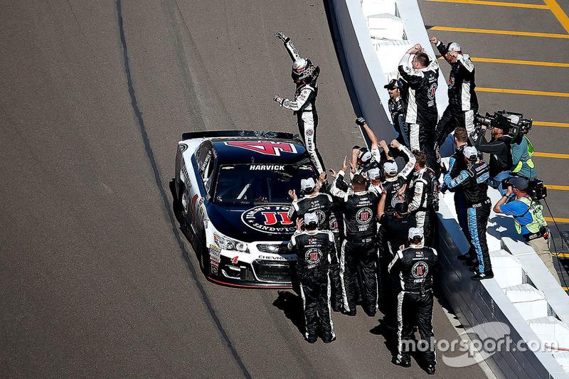 Race winner: Kevin Harvick, Stewart-Haas Racing Chevrolet