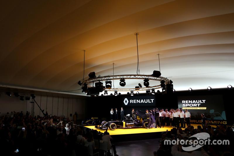 Frederic Vasseur, Renault F1 Team Renndirektor, Carlos Ghosn, Präsident Renault; Kevin Magnussen, Renault F1 Team; Jolyon Palmer, Renault F1 Team und Esteban Ocon, Renault F1 Team