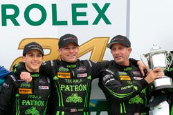 Kazanan Scott Sharp, Ed Brown, Pipo Derani, ESM Racing celebrate