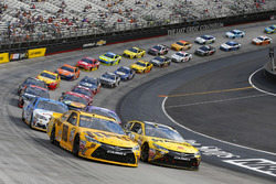 Restart: Kyle Busch, Joe Gibbs Racing Toyota, Carl Edwards, Joe Gibbs Racing Toyota