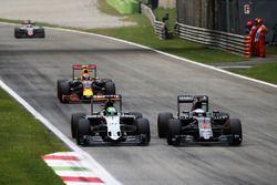 Nico Hulkenberg, Sahara Force India F1 VJM09 y Fernando Alonso, McLaren MP4-31
