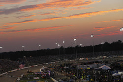 Le soleil se couche sur le Richmond International Raceway