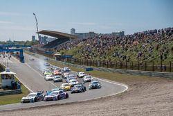 Start: Robert Wickens, Mercedes-AMG Team HWA, Mercedes-AMG C63 DTM; Christian Vietoris, Mercedes-AMG