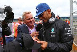Lewis Hamilton, Mercedes AMG F1 avec Johnny Herbert, Sky Sports F1 lors de la parade des pilotes