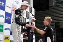 Rookie podium, Joel Eriksson, Motopark, Dallara F312 - Volkswagen ontvangt de beker van Felix Rosenq