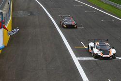 Drapeau à damiers pour la McLaren 650 S GT3 #58 Garage 59 : Rob Bell, Côme Ledogar, Shane Van Gisbergen
