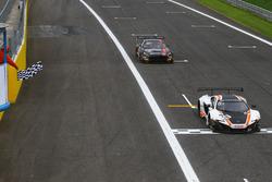 Checkerd flag for #58 Garage 59, McLaren 650 S GT3: Rob Bell, Côme Ledogar, Shane Van Gisbergen
