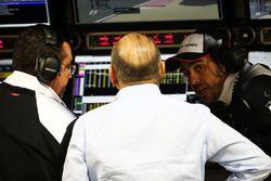Эрик Булье, гоночный директор McLaren, Рон Деннис, руководитель и владелец McLaren и Фернандо Алонсо