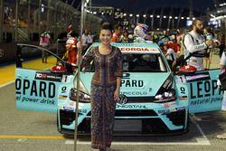 La grid girl di Stefano Comini, Leopard Racing, Volkswagen Golf GTI TCR