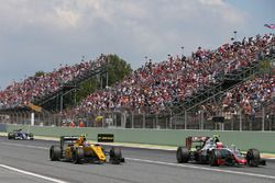 Jolyon Palmer, Renault Sport F1 Team RS16 and Esteban Gutierrez, Haas F1 Team VF-16 battle for posit