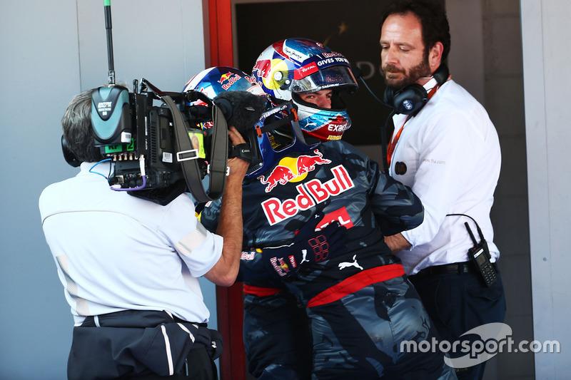 Ganador de la carrera Max Verstappen, Red Bull Racing celebra en parc ferme con su compañero de equi