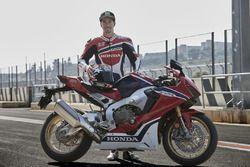 Nicky Hayden meluncurkan Honda CBR1000RR Fireblade