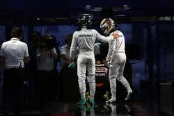 Nico Rosberg, Mercedes AMG F1 y Lewis Hamilton, Mercedes AMG F1 en parc ferme