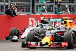 Winnaar Nico Rosberg, Mercedes AMG F1 W07 Hybrid met Max Verstappen, Red Bull Racing RB12